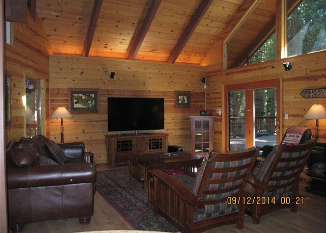 Living room adjacent to dining area - LUXURIOUS MOUNTAIN RETREAT  A vacation experience your group will not forget! - Dorrington - rentals