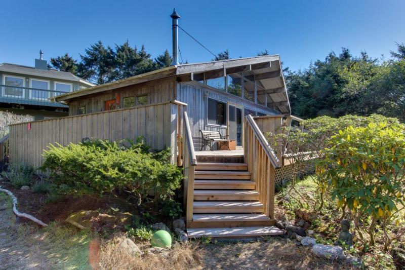 Vintage charm in an oceanfront beach cabin with amazing views - dogs OK - Image 1 - Neskowin - rentals