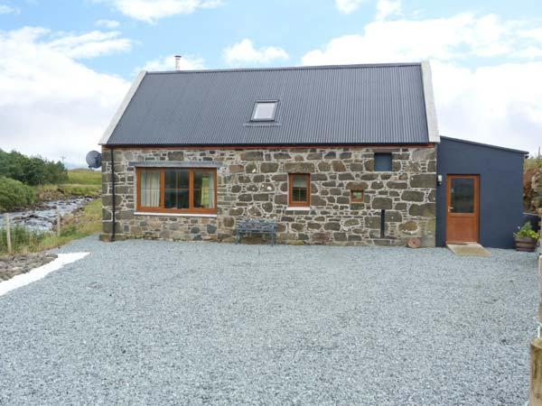 THE OLD MILL, detached, en-suites, woodburner, mountain views, in Staffin, Ref 5915 - Image 1 - Staffin - rentals