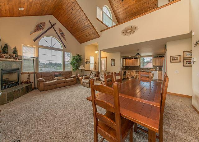 Great Room - Awesome Cabin in Roslyn Ridge! 3BR/2.5BA, Hot Tub, Pickleball Court, Specials - Roslyn - rentals