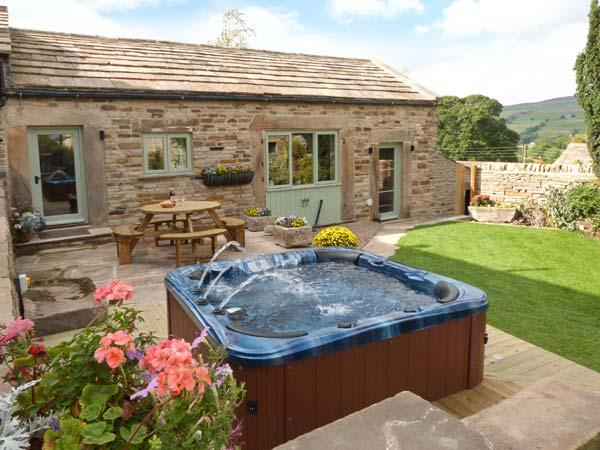 COBBLERS BARN, stone-built, character cottage, woodburner, en-suite, hot tub, near Middleton in Teesdale, Ref 912801 - Image 1 - Mickleton - rentals