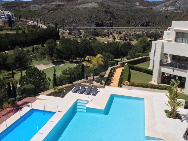 Overlooking one of the two infinity pools - Luxury apartment on Los Flamingos Golf, Marbella - Marbella - rentals