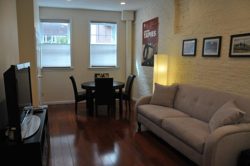 LIVING ROOM AREA BRAZILIAN CHERRY FLOORS - BEACON HILL FABULOUS ONE BEDROOM - Boston - rentals
