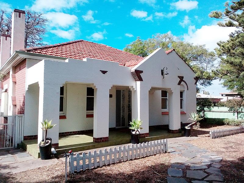 The whole house in a safe and friendly neighbourhood - HENLEY BEACH: 2  BDR COTTAGE IN CENTRAL LOCATION - Adelaide - rentals