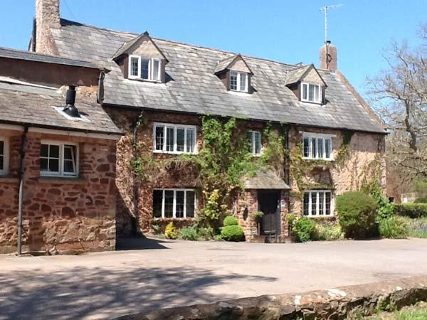 DRAGON HOUSE, Grade II listed, en-suites, open fire, bar, pet-friendly, near Dunster, Ref 25294 - Image 1 - Dunster - rentals