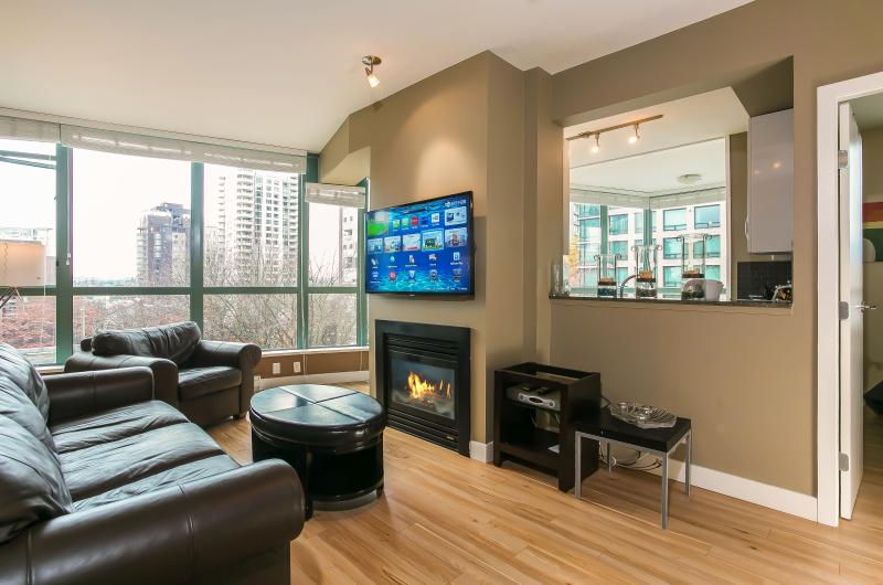"50"" Smart LED TV with US Netflix, Web Browser, HD Channels - Sunny & Spacious 900SQ 3Bd 2 Bath Downtown Netflix - Vancouver - rentals"