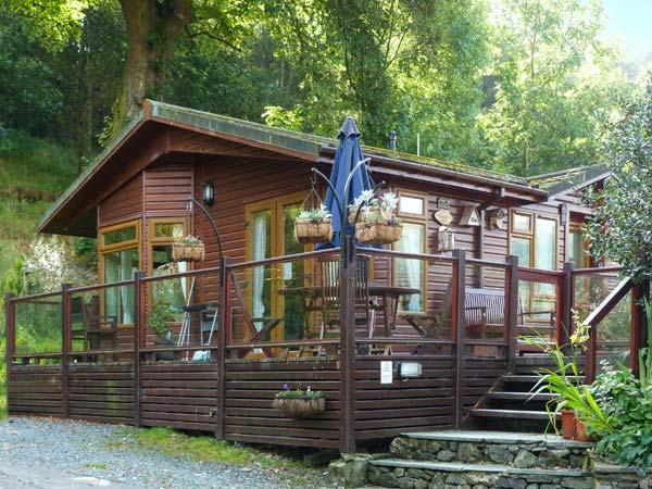 DICKENS LODGE, detached, hot tub, decking with furntiure, WiFi, near Troutbeck, Ref 916423 - Image 1 - Troutbeck Bridge - rentals
