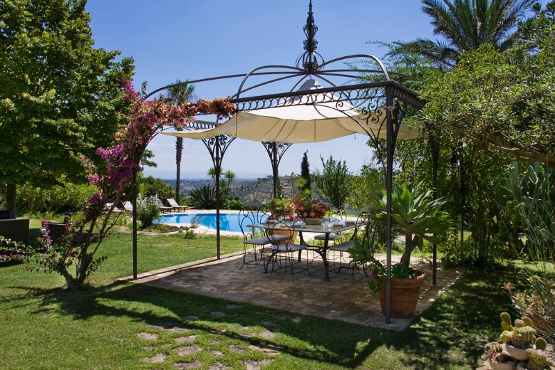 The gazebo and the pool - VILLA DELLE PALME: luxury villa with private pool, stunning view, park - Caltagirone - rentals