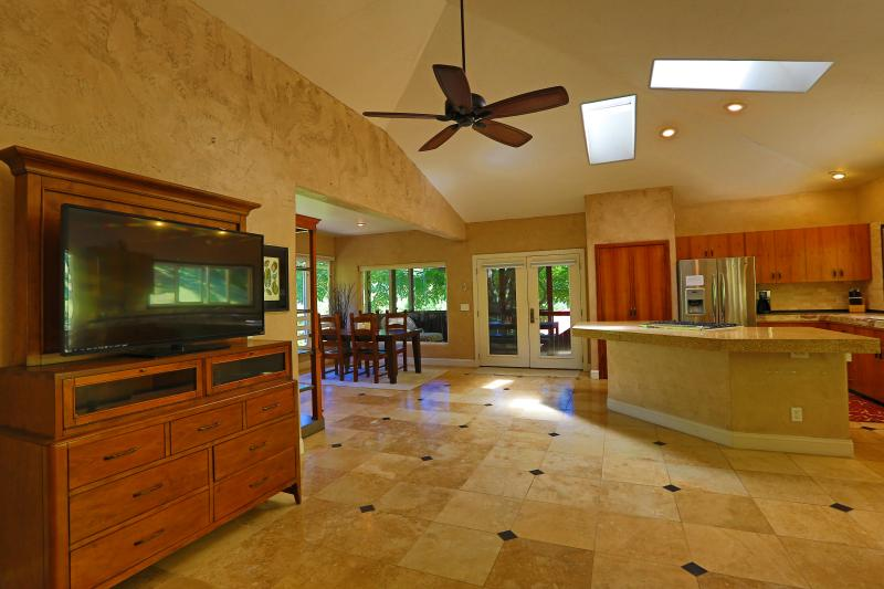 Large, sunny interior, w vaulted ceiling and skylights! - 2k Sq Ft Luxury Paradise, Lanai, WiFi ,BBQ, Views! - Lahaina - rentals