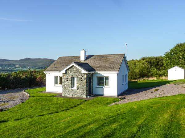 BALLINAKILLA LOWER, single-storey, open fire, mountain views, close to Ring of Kerry and Glenbeigh, Ref 916549 - Image 1 - Glenbeigh - rentals