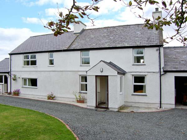 TYN Y PARC, pet-friendly house with ample living accommodation, large gardens, close beaches and nature, Newborough Ref 24860 - Image 1 - Dwyran - rentals