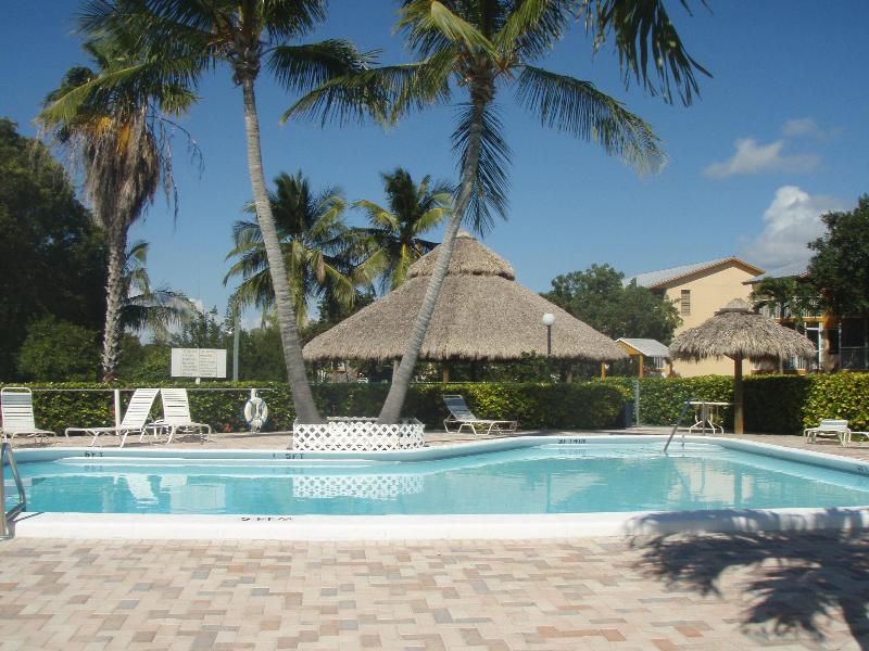 Main Pool & Deck Area W/Tiki Huts and Palm Trees - 2 Bed Key Largo Villa - Kawama Yacht Club - WiFi! - Key Largo - rentals