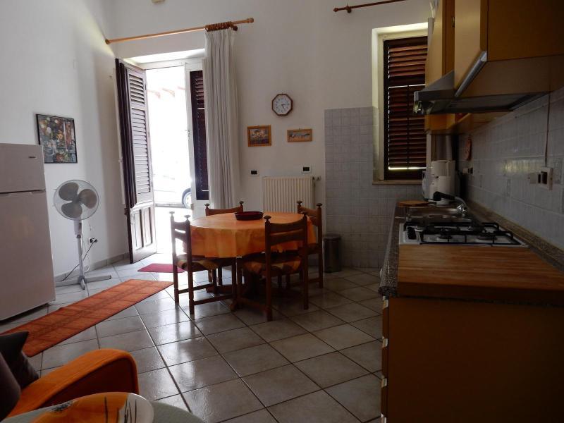Wohnkueche mit Geschirr und Toepfen und allem was Sie zum kochen brauchen - Ferienwohnung Terrasini Siracasa - Terrasini - rentals