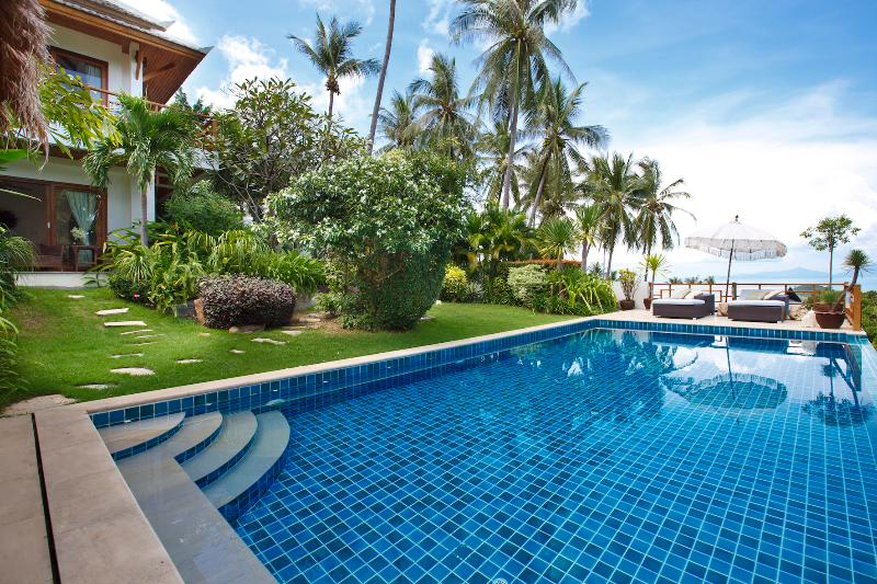Lush tropical garden and pool deck, great for the family (Pool Depth 0.3m - 1.8m) - Barefoot Luxury ocean view pool villa in Bophut - Koh Samui - rentals