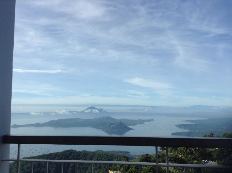 Panoramic Taal lake view from 22nd floor apartment - Blowing in the Wind - Taal Lake views - Tagaytay - rentals