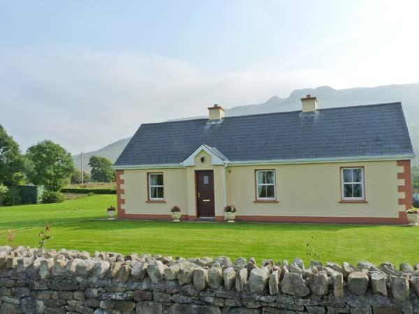 TIEVE BAUN, detached, open fire, mountain views, garden with furniture, near Kinlough, Ref 915832 - Image 1 - Kinlough - rentals