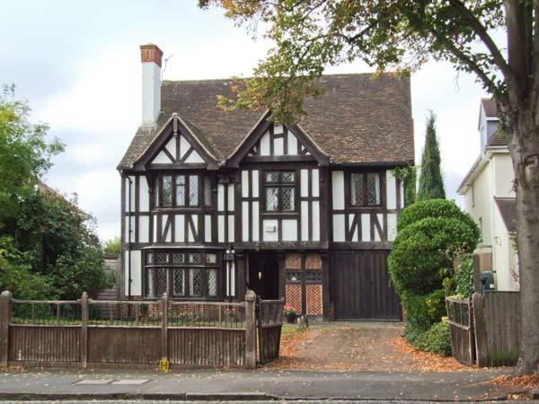 WROXTON HOUSE, unique detached 1930's cottage, character features, open fires, in Oxford, Ref 915875 - Image 1 - Oxford - rentals