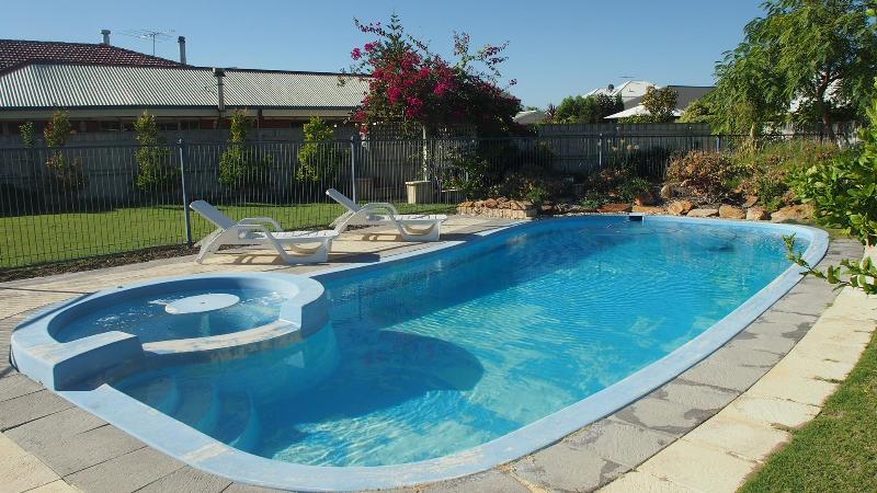 Large pool - Quinns Retreat  Pool Wi Fi  Foxtel A/c Walk To Beach - Quinns Rocks - rentals