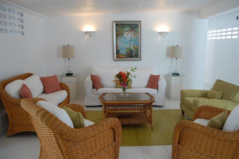 Spacious bright living area - Maple Villa Cottage,Hastings,Christ Church - Hastings - rentals