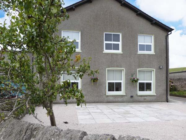 OUTERTHWAITE COTTAGE, on working farm, country views, well-equipped accommodation, near Flookburgh, Ref 916187 - Image 1 - Flookburgh - rentals