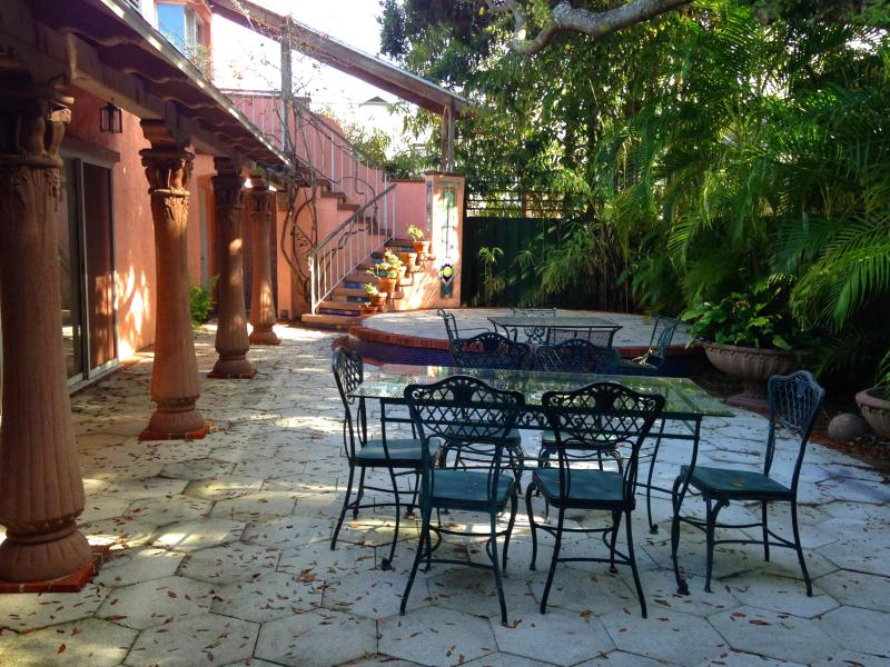 Your Central Court Yard - LOOK charm, comfort, privacy You'll want to stay!! - Saint Petersburg - rentals