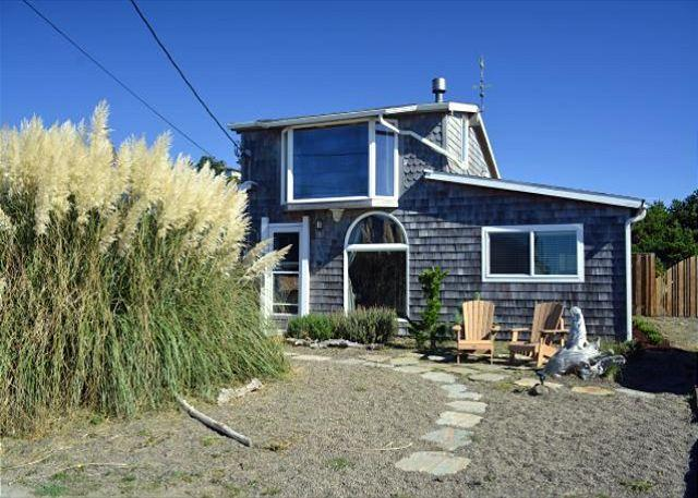 Front of 8-Steps - 8 STEPS INN~Across the street from the beach with Ocean view, fenced in yard - Manzanita - rentals