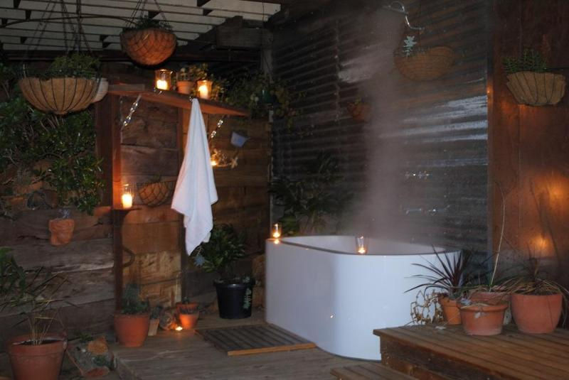 Outdoor deep soak bathing area with rain shower - Salt Spring - Daylesford - rentals