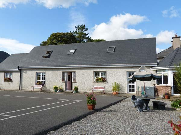 Kings River Cottage, two en-suite bedrooms, WiFi, courtyard and garden, pet-friendly, near Ballingarry, Ref 915769 - Image 1 - Ballingarry - rentals