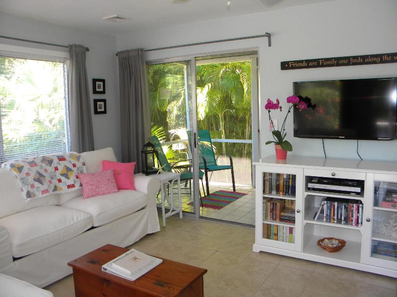 Duggers Tropical Village #6  Cozy Beach Cottage Steps to the Beach - Image 1 - Sanibel Island - rentals