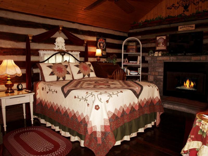 Comfortable Queen Bed - Uncle Pete's Cabin WiFi, Jacuzzi, Quiet & Private - Nashville - rentals