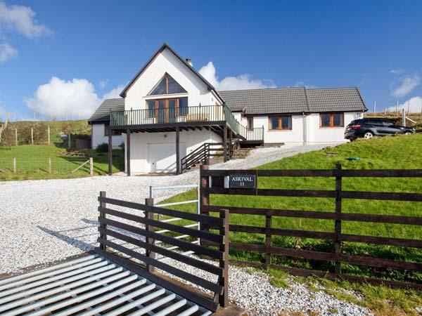 ASKIVAL, detached, woodburning stove, WiFi, harbour and mountain views, in Elgol, Ref 906098 - Image 1 - Elgol - rentals