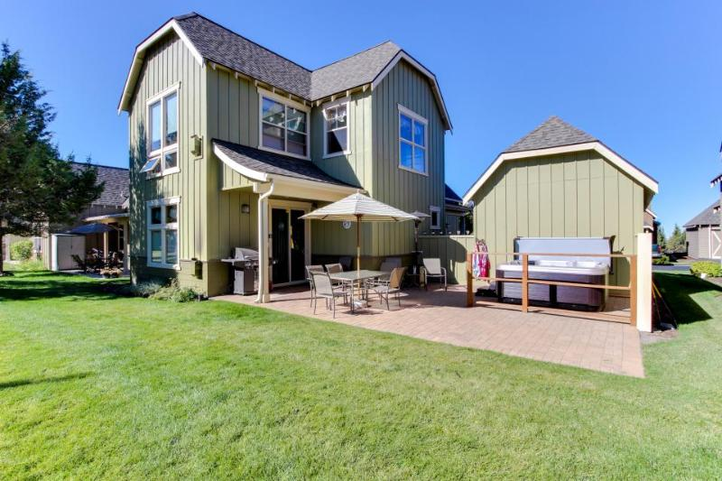 Gorgeous home w/ private hot tub, a shared pool &  on-site tennis and golf! - Image 1 - Redmond - rentals