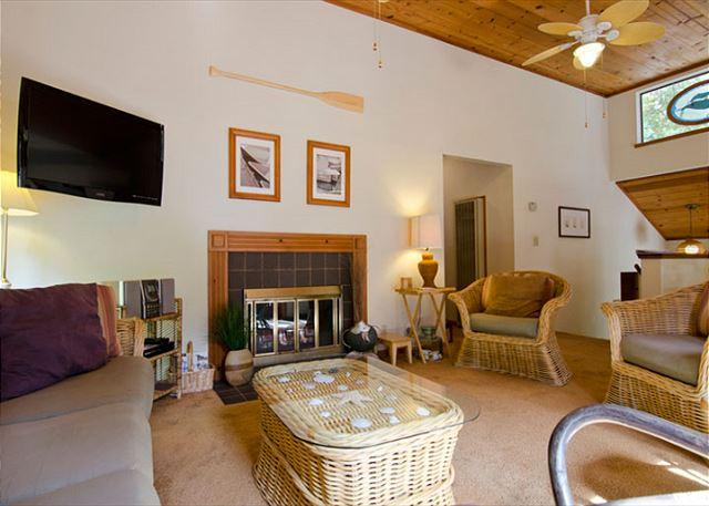 Spacious Living Area with High Ceilings, Plenty of Seating and a Fireplace - Arcata's University Townhouse in the Redwoods - right next to HSU & trails - Trinidad - rentals