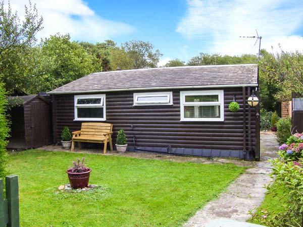 HAFAN DAWEL, detached log cabin, superb garden, woodburning stove near Caernarfon Ref 917500 - Image 1 - Caernarfon - rentals