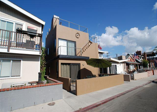 Contemporary Beach House Walk to the Beach! Amazing Rooftop Deck! (68220) - Image 1 - Newport Beach - rentals