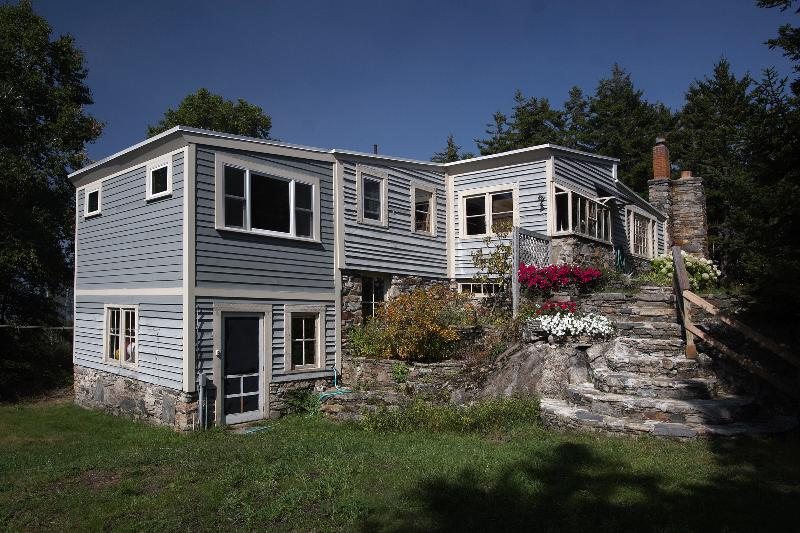 House with stone steps - The Cranberry Island Artist's Home - Great Cranberry Island - rentals