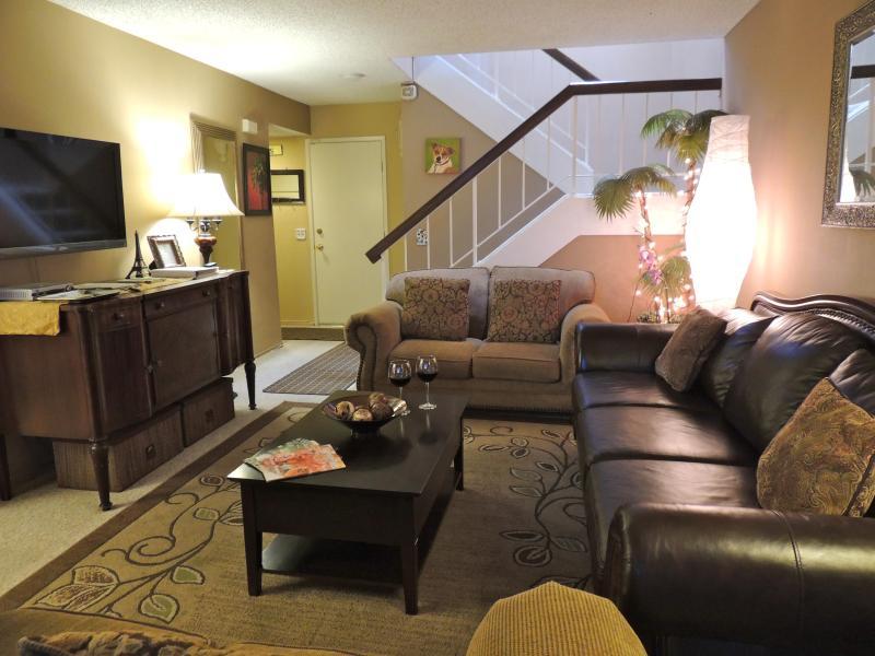 LCD TV in Living Room - *$20 OFF p/n!  Walk to Disneyland & CC - FREE WiFi - Anaheim - rentals