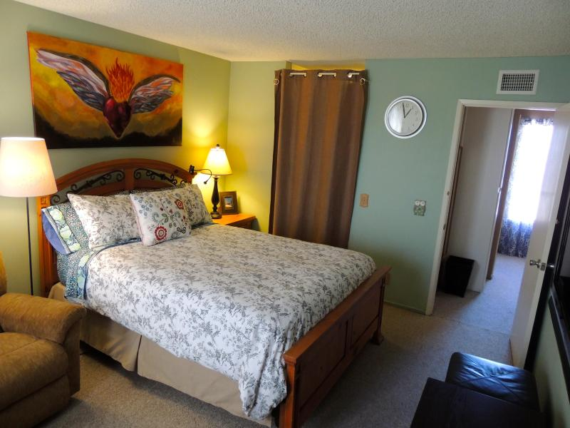 Room # 1 Master Bedroom with Full bathroom. LCD TV in Master Bedroom - 2 bedroom - Near Disneyland & CC - FREE WiFi - Anaheim - rentals