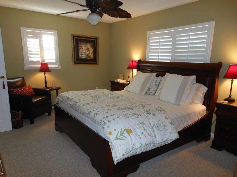luxurious memory foam king size bed in master suite - Upscale beach Townhouse - Indian Shores - rentals