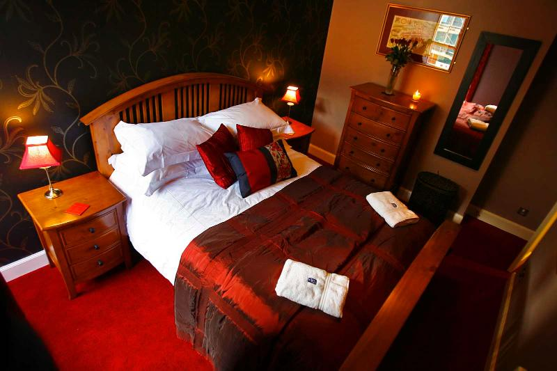 bedroom with kingsize double - Ladystairs, on Royal Mile, 150 metres to Edinburgh - Edinburgh - rentals