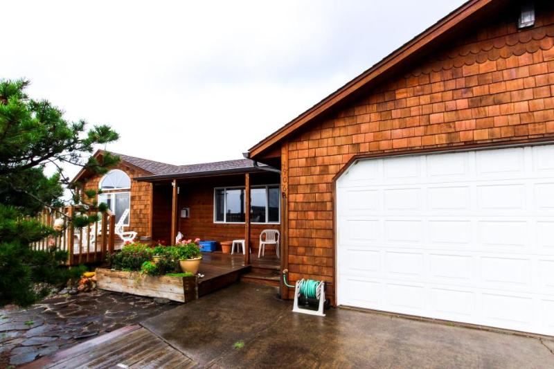 Homey, eclectic beach house near the Bayshore Beach Club! - Image 1 - Waldport - rentals