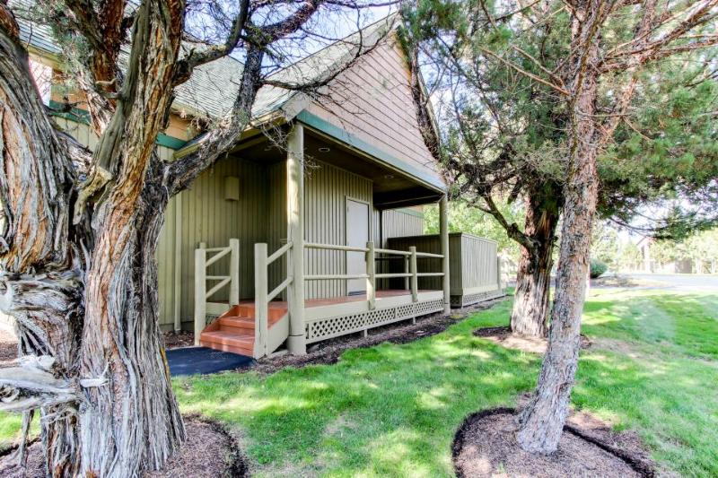 Bright cabin w/ shared pool, hot tub, resort amenities & entertainment! - Image 1 - Redmond - rentals