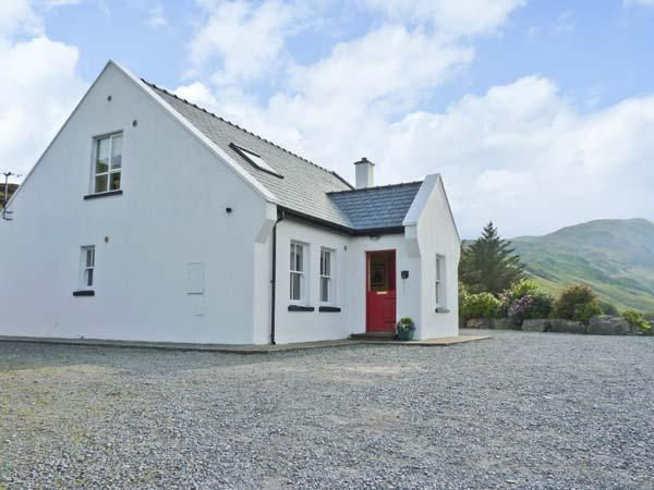 HOLLY GLEN, quality detached cottage, open fire, freestanding bath, ideal for families, near Ardara, Ref 915306 - Image 1 - Ardara - rentals