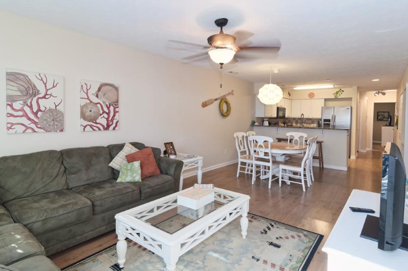 Living and dining rooms are open to the kitchen. Pleanty of space to spread out and relax - Golf, Pools, Hot Tub, WiFi, 5 minutes to the Beach - Pawleys Island - rentals