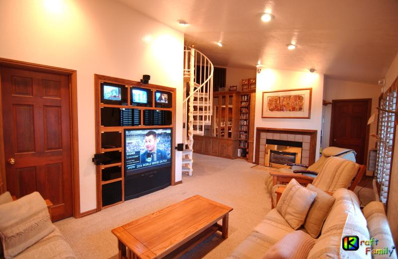 Living room with entertainment center (4 TVs), fireplace, & massage chair - Brian Head Penthouse South, Pool, Ski-i/o Sleep 14 - Brian Head - rentals