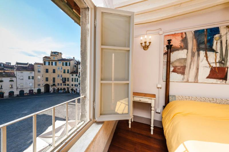 Bedroom with view - Apartment Anfiteatro - Lucca - rentals