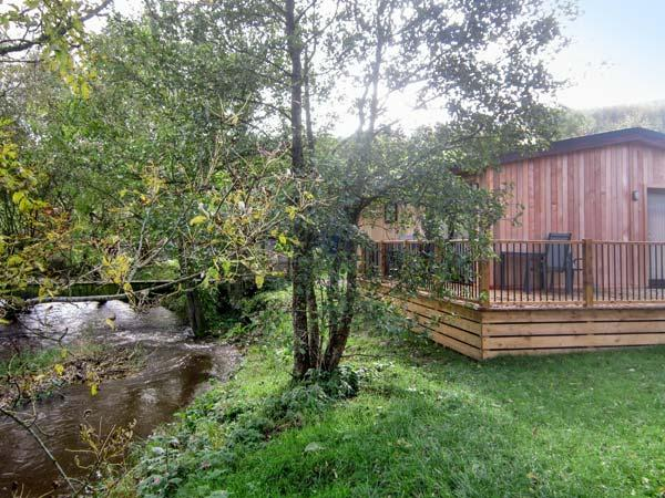 LIME LODGE, detached riverside log cabin, romantic, open plan, WiFi, near Clun, Ref 905882 - Image 1 - Clun - rentals