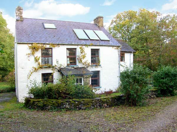 CWM HOWNI, ground floor shower, Rayburn range and woodburner, WiFi, spacious accommodation, enclosed garden, near Aberporth, Ref 912042 - Image 1 - Aberporth - rentals