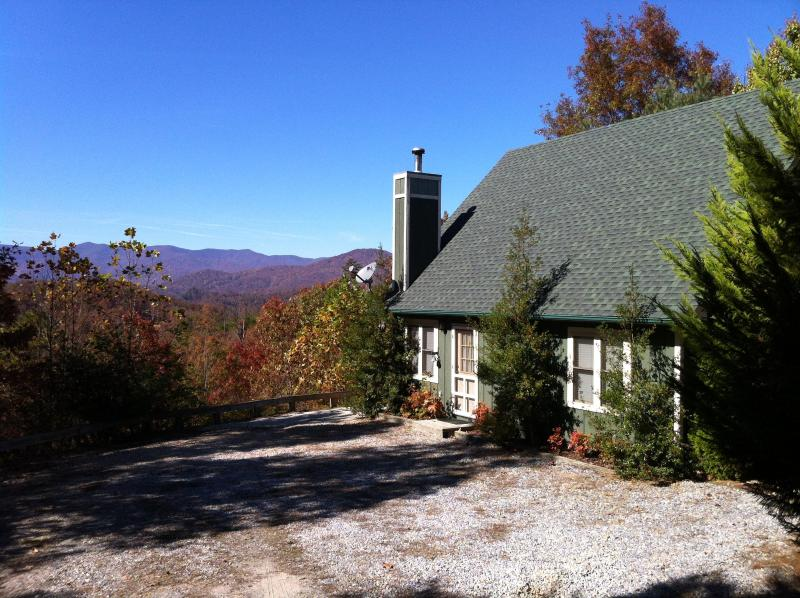 Vista Point driveway with large parkin area and a wonderful view. - Awe Inspiring Mountain Views - Vista Point Cabin - Bryson City - rentals