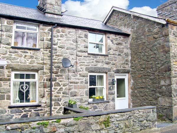 TY COSY, en-suite bedroom, open plan living area, close to amenities in - Image 1 - Dolgellau - rentals